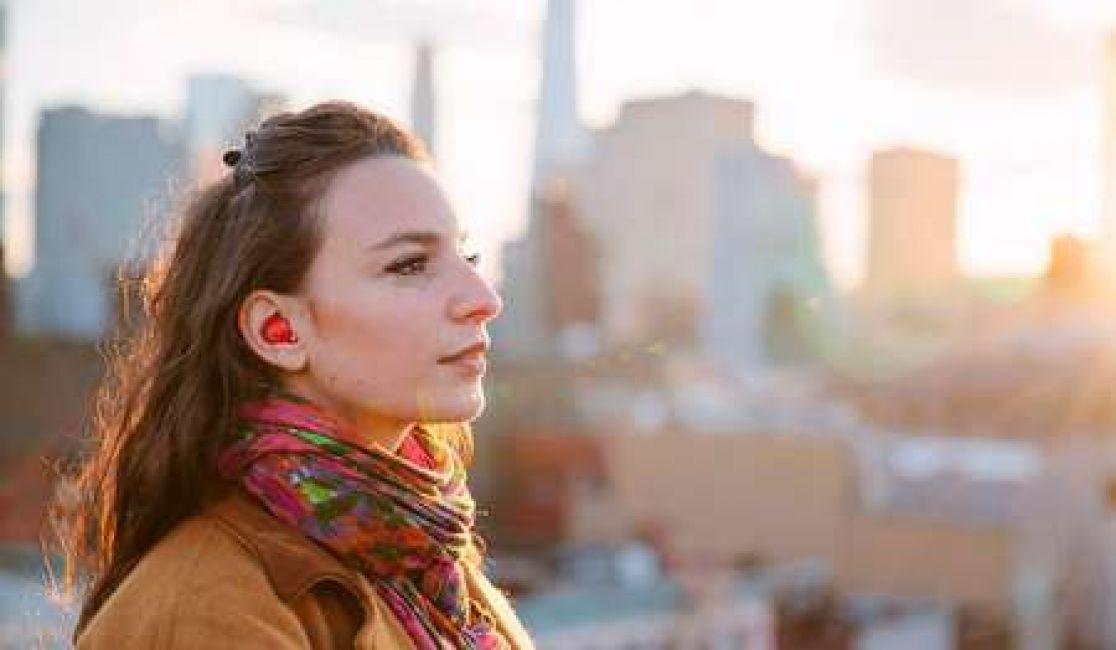 Dispositivo para oído traduce idiomas extranjeros en tiempo real