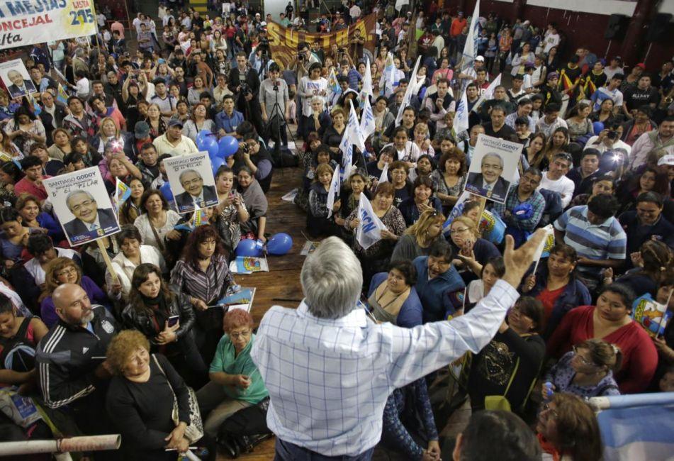 Godoy cerró campaña pidiendo un voto para frenar a Macri
