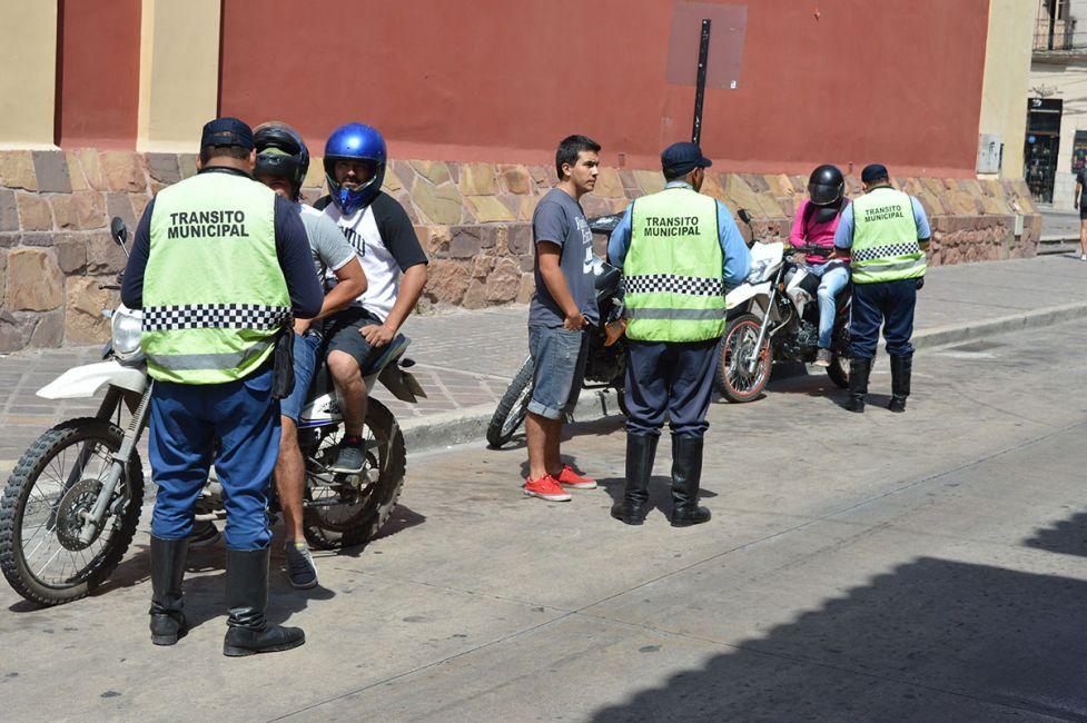 Motociclistas sin documentos ni cascos, hábitos de riesgo