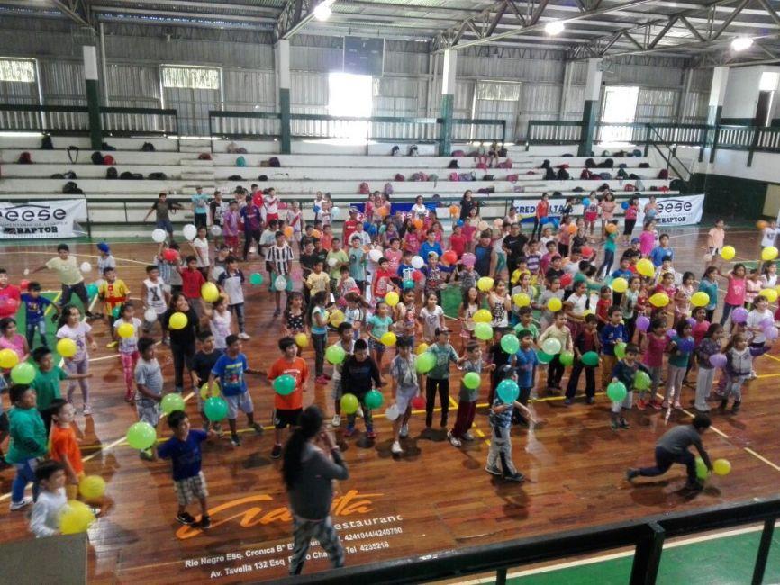 Unos 200 chicos participaron de una jornada de baile y juegos