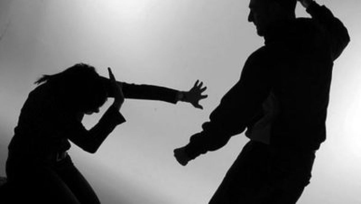 Repudiable: un hombre intentó agredir a su pareja con un botellazo de cerveza