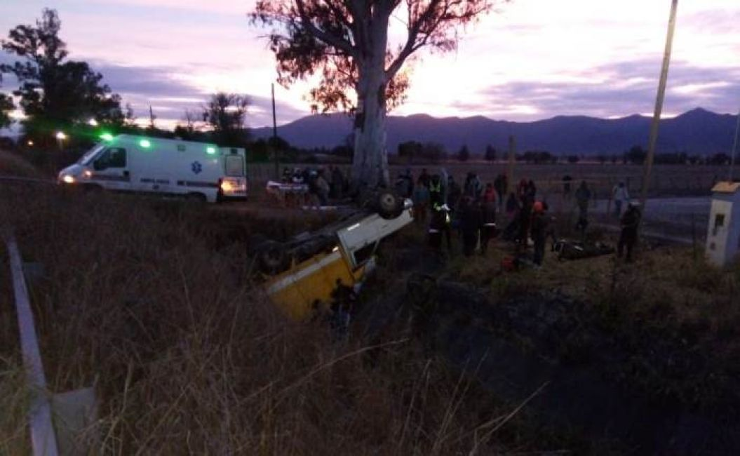Volcó un camión con 30 personas abordo camino a San Agustín