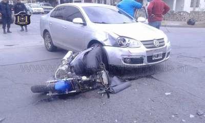 Siniestro vial entre un auto y una moto.