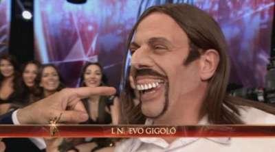 Campi imitó otra vez a Javier Bazterrica, con dentadura renovada.
