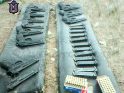 La policía secuestró 11 armas en un baldio.