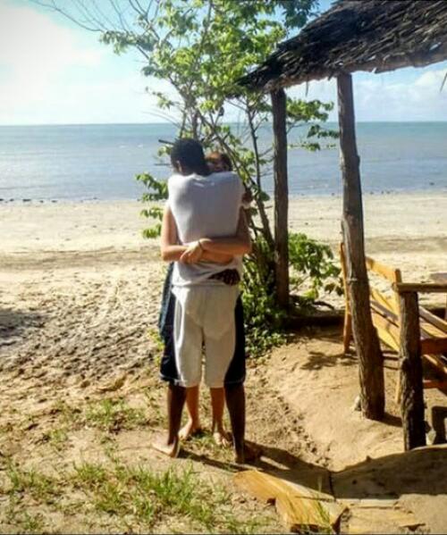 Perturbadora fotografía de una pareja abrazada, pone Internet patas arriba