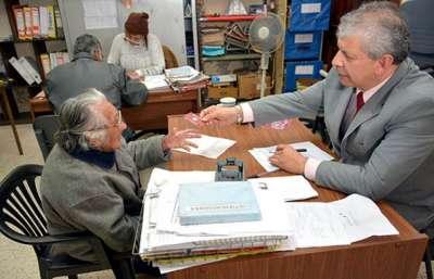 Los adultos mayores continúan gestionando la tarjeta social.