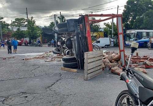 Volcó un camión: un menor de edad en código rojo