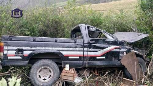 Joven fallece al caer una camioneta en un precipicio