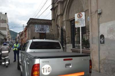 Mal estacionamiento, uso del celular mientras se maneja y cruzar semáforos en rojo, las faltas recurrentes