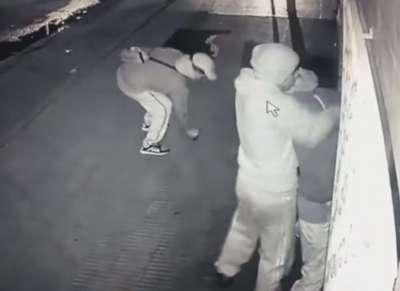 Fueron filmados mientras atracaban a un joven: mirá lo que sucedió