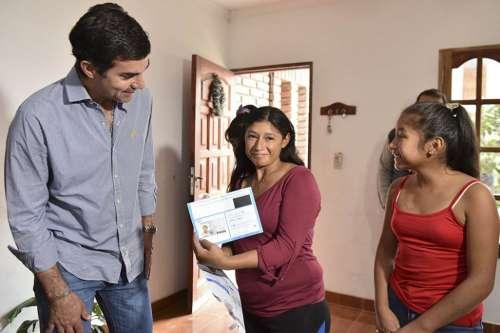 El gobernador Urtubey entregó su primer Documento Nacional a Noelia Rodríguez