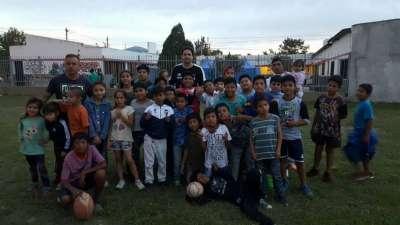 Chicos de Rugby en los Barrios recibieron guardapolvos