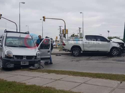 Violento choque entre 2 camionetas